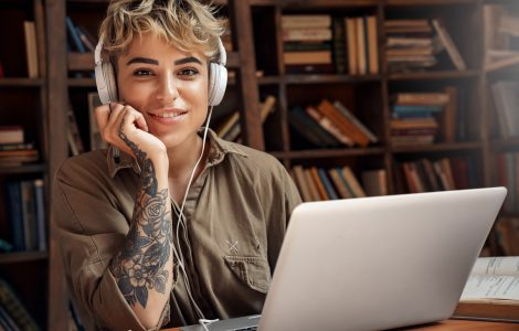 Jonge vrouw achter laptop